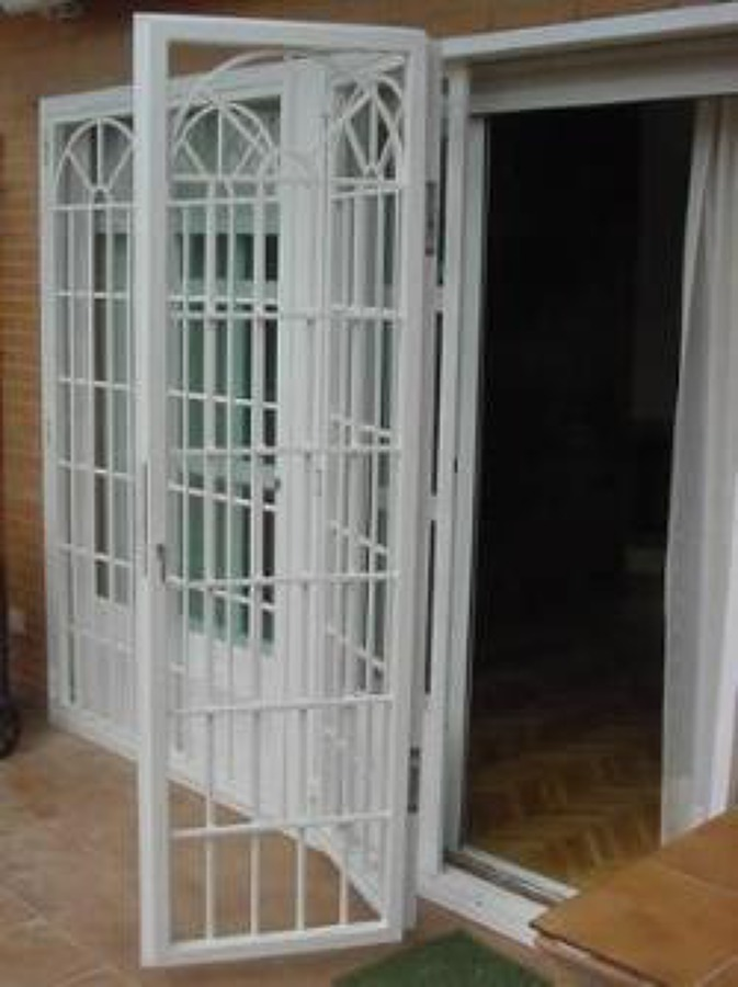 Fabricar y colocar rejas en puertas correderas de terraza - Puertas correderas terraza ...
