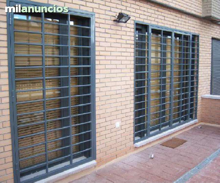 Instalaci n de rejas y persianas de seguridad nuevas en for Ventana balcon medidas