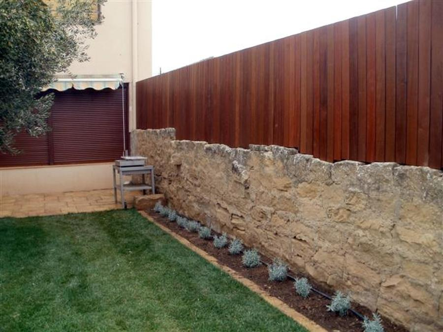 Vallado o cerramiento de peque o jardin con madera for Madera para jardin