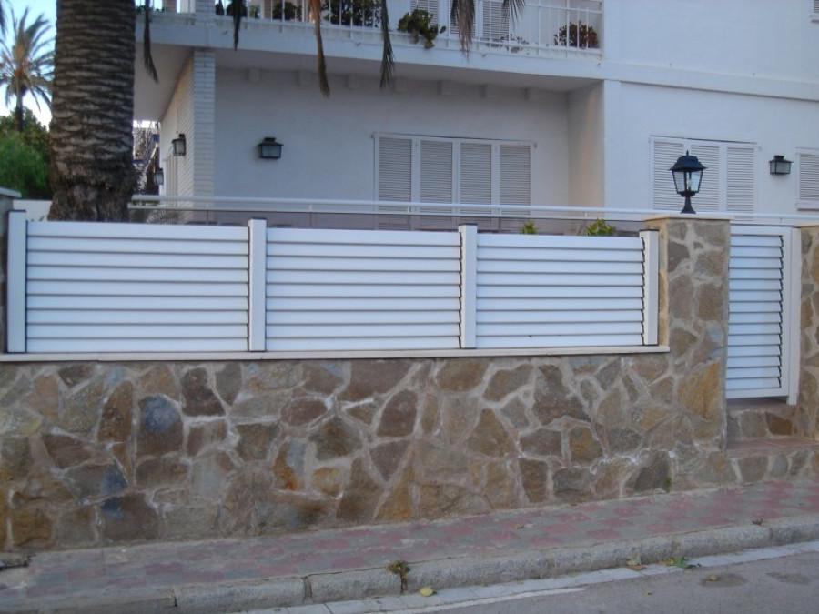 Colocar en muro de jardin valla de lamas miami platja for Vallas de aluminio para jardin