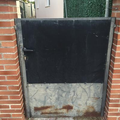 Duda poner puerta metalice pared de bloques de hormigon