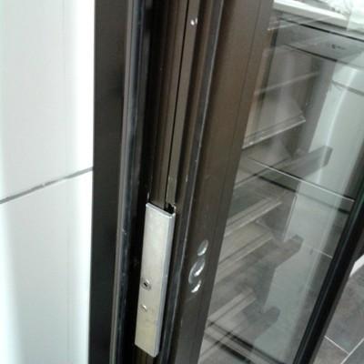 Reparar puerta abatible de aluminio acceso tendedero for Presupuesto puerta aluminio