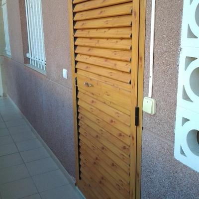 Puerta aluminio exterior imitacion madera el altet for Presupuesto puerta aluminio