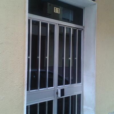 Instalar puerta hierro para exterior de edificio c los for Puertas de aluminio precios online