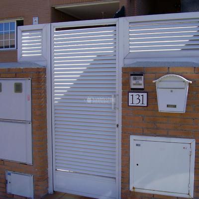Instalar puerta y valla de aluminio jard n m stoles for Puertas jardin aluminio