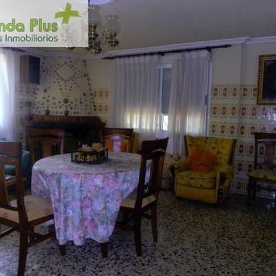 56 - Otro recuerdo de los azulejos del salón y del amarillo profuhndo del mueble amoroso de la diestra, aunque parece de la siniestra_472209