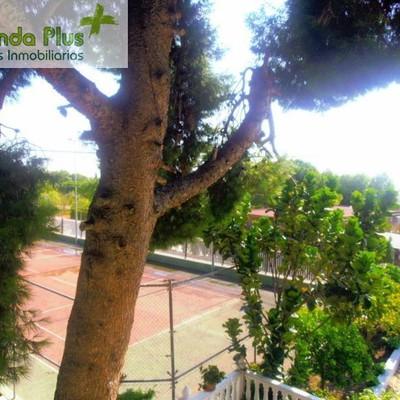 57 - Vista, desde la terraza, del área infantil y de la pista de tenis_472210