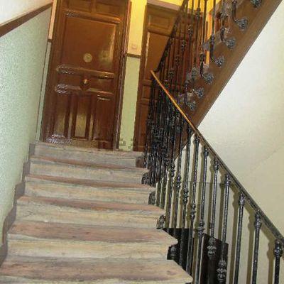 Carpintero para sanear y reforzar puerta entrada antigua que no se puede sustituir en piso de - Aislar puerta entrada piso ...