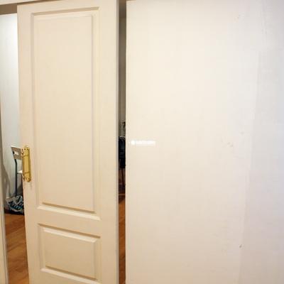 Cerrar y poner tope a puerta corredera de madera madrid for Puertas de madera madrid