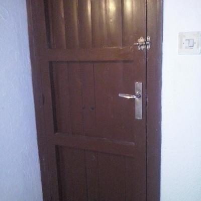 Cambiar puerta de madera por una de aluminio con cerradura for Cambiar puertas interior sin obra