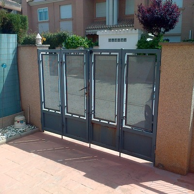 Cambiar puertas de jardin metalicas y valla por aluminio o - Puertas metalicas jardin ...
