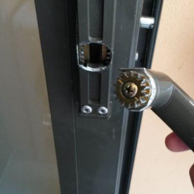 Cambio de maneta en puerta a terraza de aluminio barrio - Puerta terraza aluminio ...