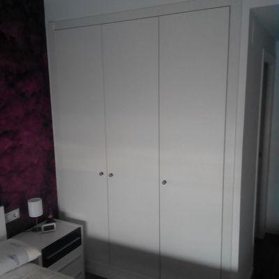 Instalar puertas correderas en armario abatible empotrado for Puertas correderas barcelona