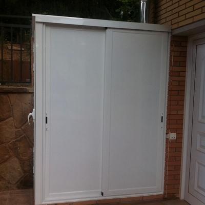 Armario de puerta corredera para garaje puente ladrillo for Puerta lavadero