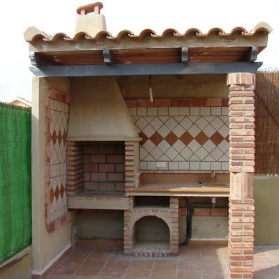 Construccion de barbacoa con tejado urbanizacion la luz for Tejados de madera para barbacoas