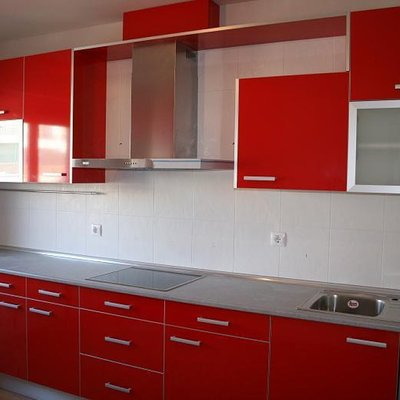 Muebles en color rojo cereza y meseta en silestone blanco for Cocinas malaga precios