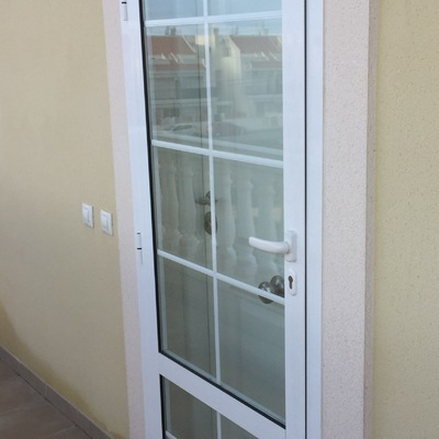 Contra puerta de aluminio blanco y cristal bras del port for Puertas de aluminio blanco