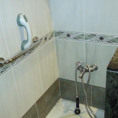 Instalar una mampara en plato de ducha barcelona for Instalar plato ducha
