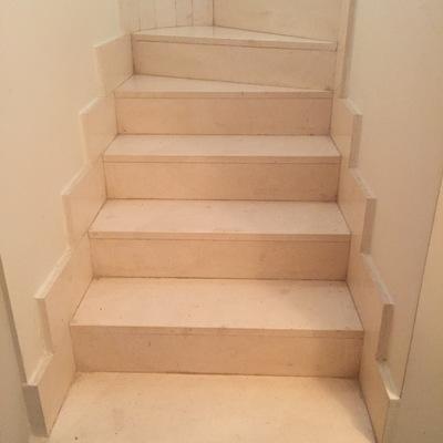 Poner suelo de tarima en una escalera de piedra estilo marmol ensanche de vallecas madrid - Poner rodapie ...