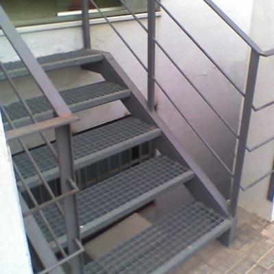 Hacer escalera exterior metalica porqueres girona - Escaleras de exterior ...
