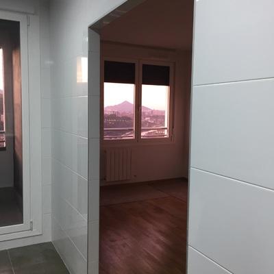 Instalar puerta corredera cristal exterior anclada a pared for Instalar puerta corredera