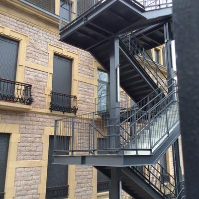 Hacer escalera exterior de incendios metalica donostia - Escalera metalica exterior ...