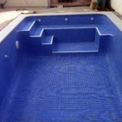 Escalera de obra con banco en piscina gunitada con gresite for Escaleras para piscinas de obra