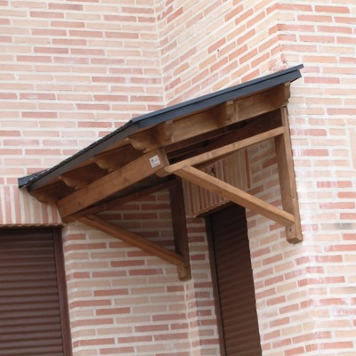 Marquesina de madera para puerta exterior poio for Para desarrollar una entrada practica