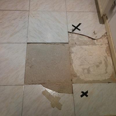 Poner 4 baldosas en el suelo y cambiar el desague las - Poner baldosas suelo ...