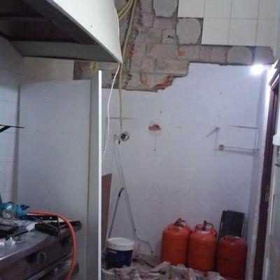 Reforma de un bar alicatar la cocina poner el suelo - Suelos para bares ...