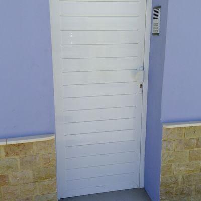 Puerta aluminio blanco para trastero en terraza zaragoza - Puerta terraza aluminio ...