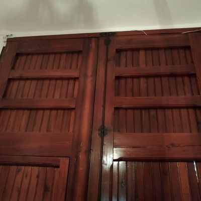Poner ventanas en puerta de madera principal en casa for Puerta casa antigua
