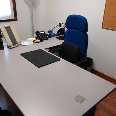 1 mesa de oficina 4 sillas de oficina y 1 cajonera for Oficina empleo oviedo