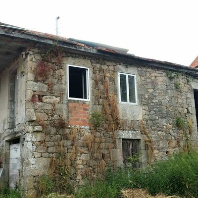 Rehabilitar casa de piedra a medio construir a estrada for Rehabilitar casa