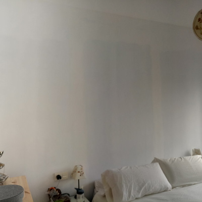 Poner papel pared interesting cheap lola alisando y - Se puede poner papel pintado sobre gotele ...