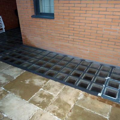 Instalar pav s en suelo exterior en chalet adosado - Como colocar paves ...