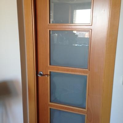 Cambiar cristal esmerilado en puerta de madera interior for Cristales para puertas de interior en barcelona