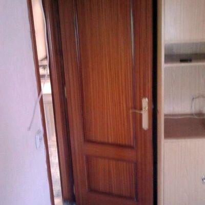 puerta de interior sapeli con molduras y cerradura