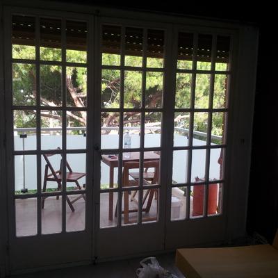 Instalar puerta corredera de aluminio con persiana y for Instalar puerta corredera