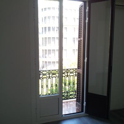 Cambiar puerta antigua al balcon de madera y vidrio por for Puerta balcon