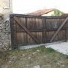 Poner puerta corredera jardin