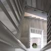 Instalación de un ascensor hidráulico en el hueco de la escalera