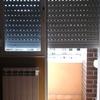 Separar la ventana de la puerta con dos persianas para que la persiana de la puerta llegue hasta abajo y no entre luz