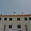 Amorterar algunas tejas árabes del alero de fachada