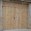 Porton de entrada a garaje con mando para  elevar  y  puerta  de  entrada  para  utilizar  cuando  este  en posicion  de  cerrado