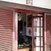 Instalar puerta de aluminio y porticones color madera