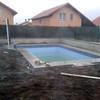 Poner baldosas alrededor piscina exterior