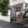 Puerta cochera y entrada vivienda
