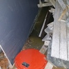 Fuga de agua residual de las cañerías en el sótano