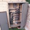 Sustituir armario exterior de hierro por uno de aluminio u otro material de bajo mantenimento